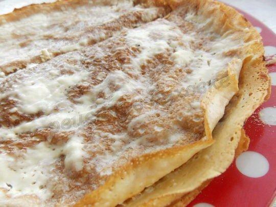 запекаем блины со сметаной и сыром