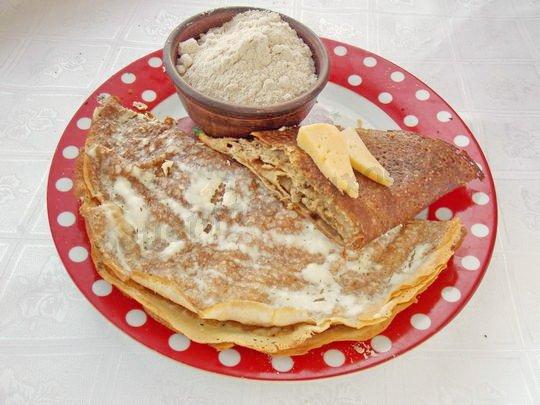блинчики с сыром, толокном и сметаной
