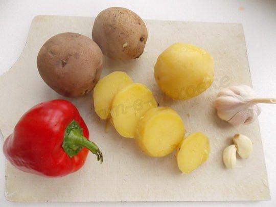 картошку отвариваем в кожуре, очищаем и нарезаем кружками