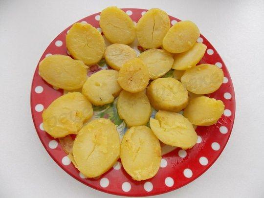 выкладываем обжаренную картошку на блюдо