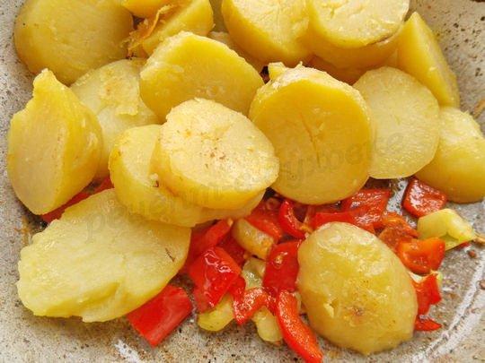 смешиваем картофель с перцем