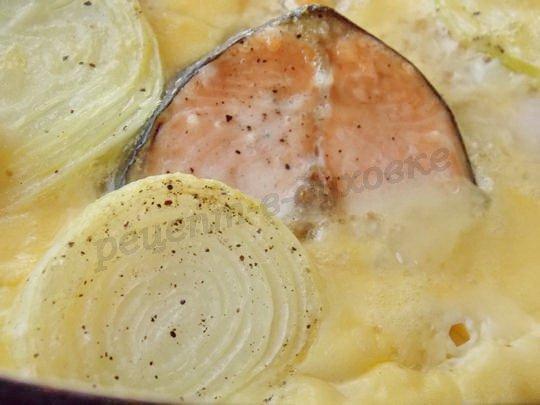 горбуша,запечённая с луком с яичной заливке