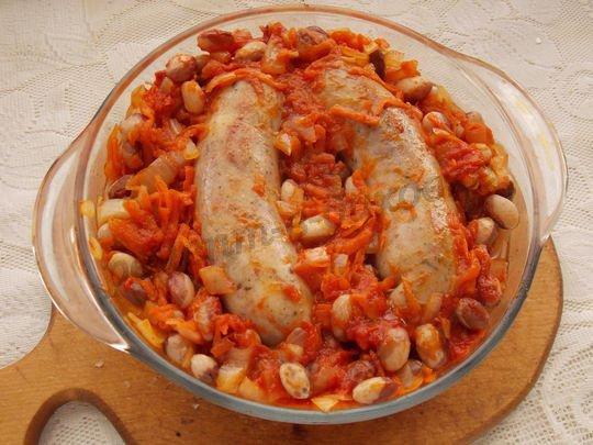 выкладываем колбаски к фасоли