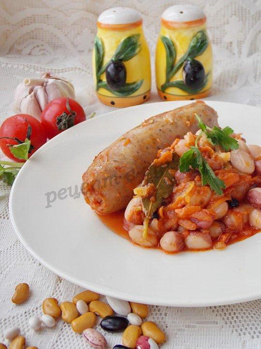 фасоль с колбасками в томате