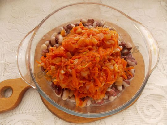 смешиваем фасоль с томатной подливкой