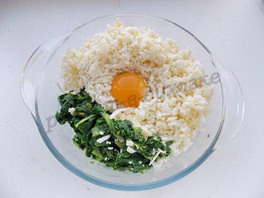 смешиваем шпинат, желток, сыр