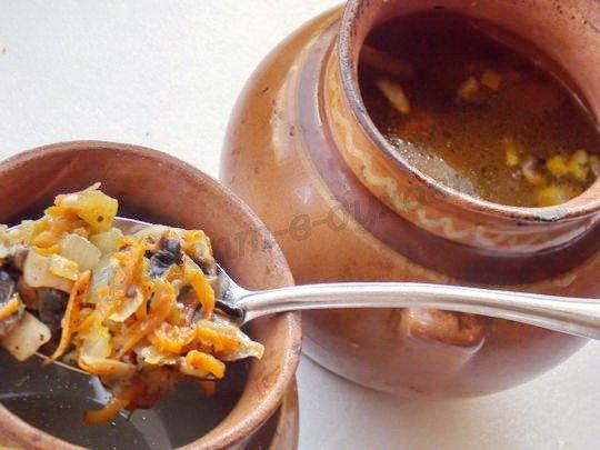 кладём в горшочки обжаренные грибы с луком и морковкой
