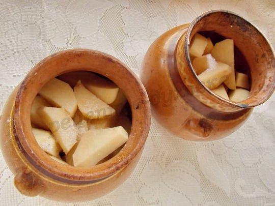выкладываем в горшочки картофельные дольки