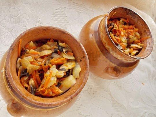 сверху выкладываем обжаренные лук, морковку и шампиньоны