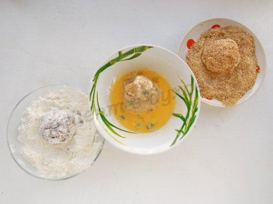 панируем шарики в муке, яйце и сухариках