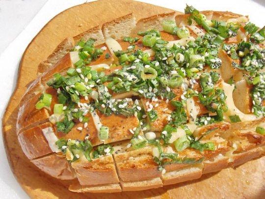 запекаем хлеб с зеленью и сыром