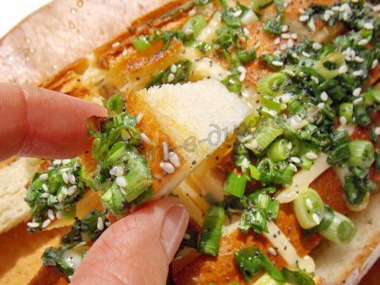 батон с сыром и зеленью в духовке