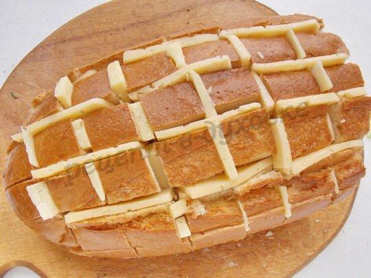 вставляем в хлеб ломтики сыра