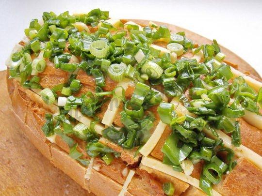 выкладываем на хлеб зелёную смесь