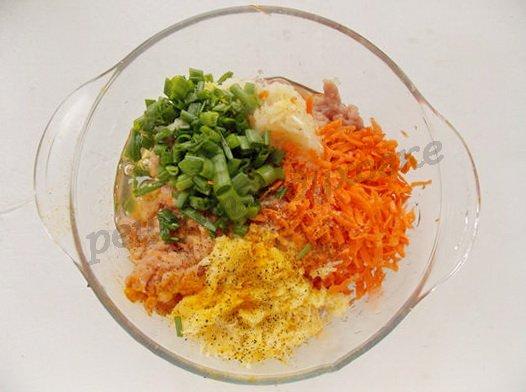 смешиваем фарш, овощи, зелень, яйцо, специи