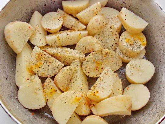 выкладываем в форму картошку с приправами