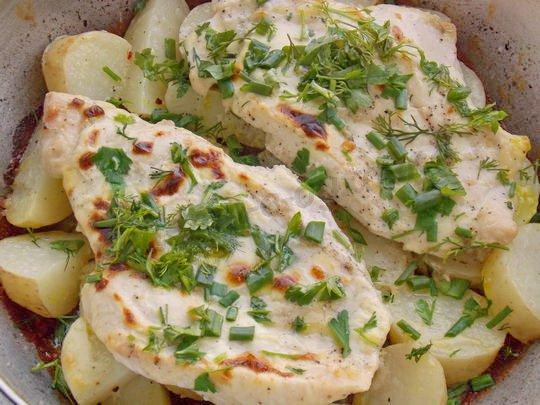 запекаем картофель под куриным филе