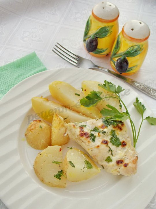 молодая картошка с курицей в духовке