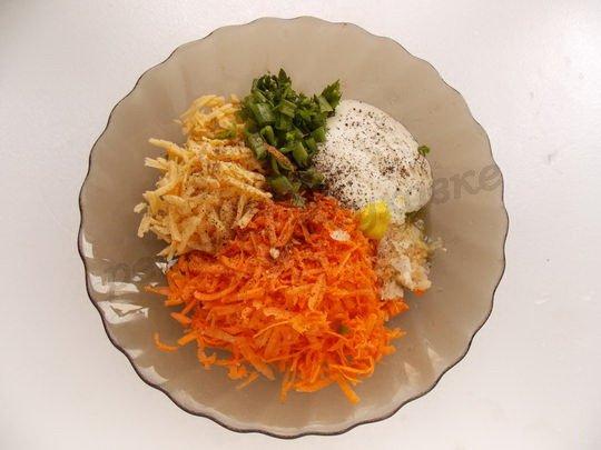 смешиваем тёртую морковь, сыро, чеснок, зелень, сметану и специи