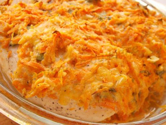 вкусные куриные грудки под морковно-сырно-чесночной шубой