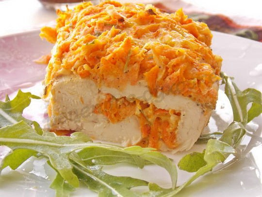 запечённые куриные грудки с морковкой и сыром