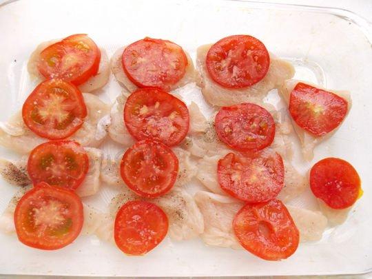 сверху выкладываем помидоры