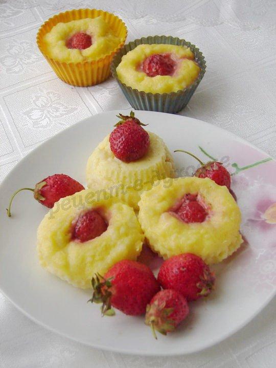 выкладываем на тарелку и украшаем ягодами