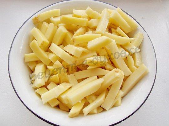 нарежем картошку соломкой толщиной 1 см