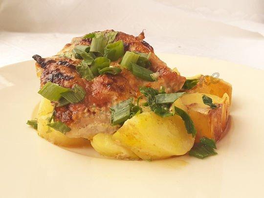 запечённая молодая картошечка с мясом,  кабачками и зеленью