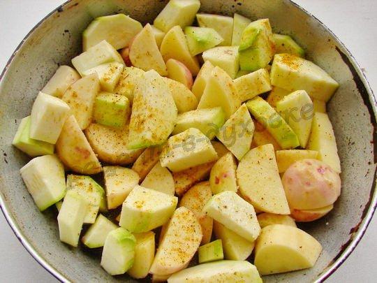 нарежем картошку, кабачки и выложим в форму