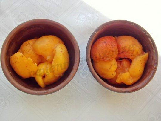 выкладываем в формочки абрикосы