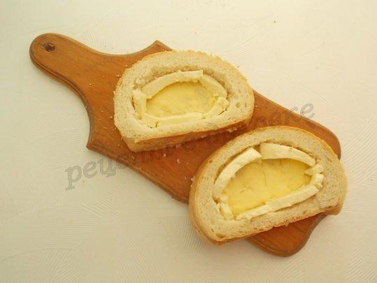 делаем хлебные корзиночки, кладём по краям сыр