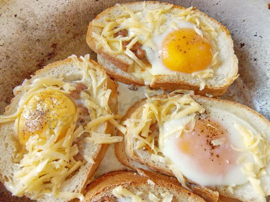 почти готовые бутерброды посыпаем сыром
