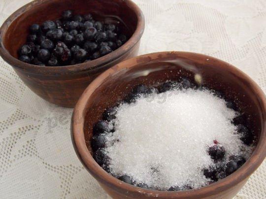 насыпаем в формы ягоды и сахар