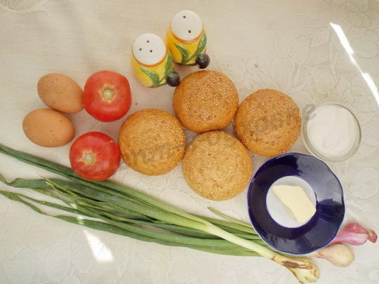 ингредиенты для булочек с помидорами и омлетом