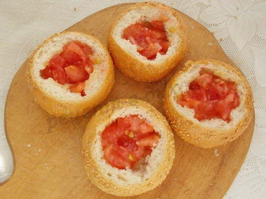 выкладываем в булочки помидоры