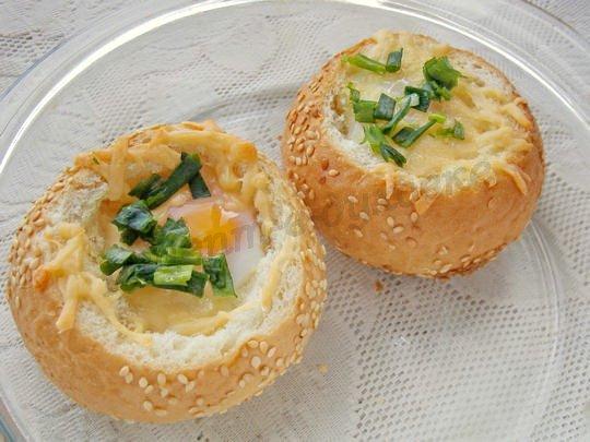 булочка с яйцом, запечённая в духовке