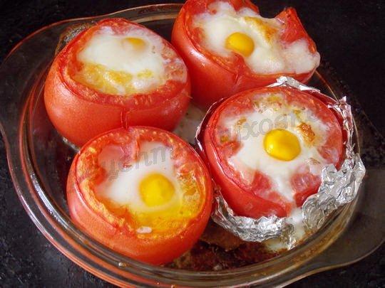 как запечь яйца в помидорах