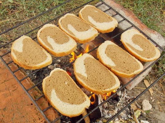 выкладываем хлеб на решётку