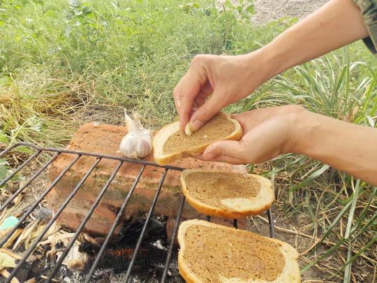 натираем подсушенный хлеб чесноком