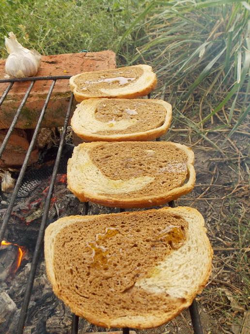 поливаем ломтики хлеба оливковым маслом