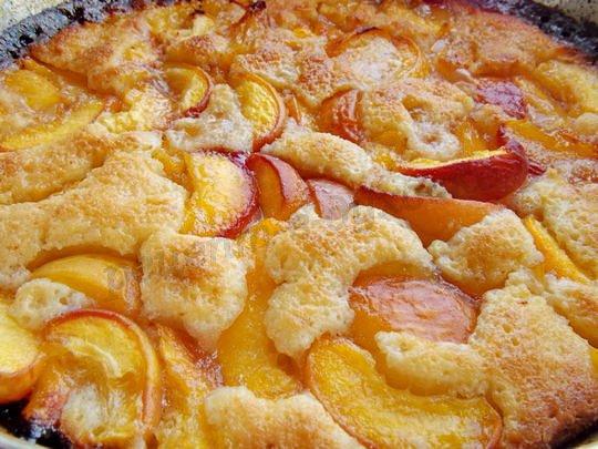 запечённый десерт с персиками