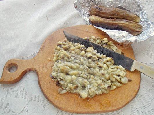 измельчаем печёные баклажаны
