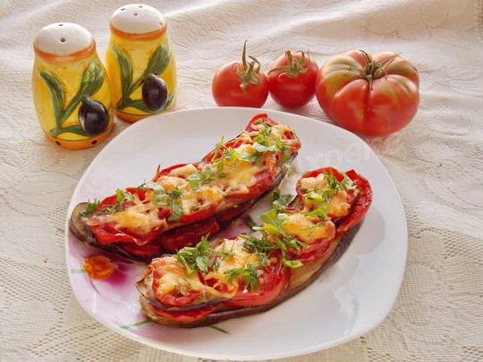 печёные синенькие с сыром, чесноком и помидорами