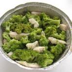 выкладываем в форму овощи и мясо
