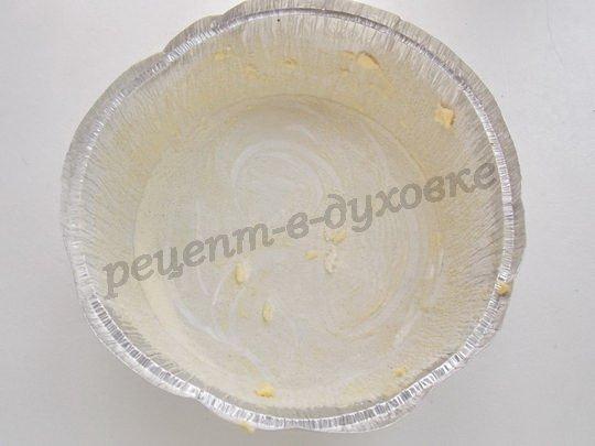 смазываем форму маслом и обсыпаем манкой