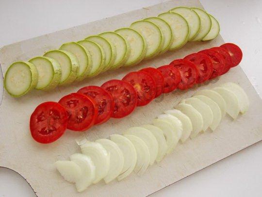 нарезаем кабачки, помидоры и лук