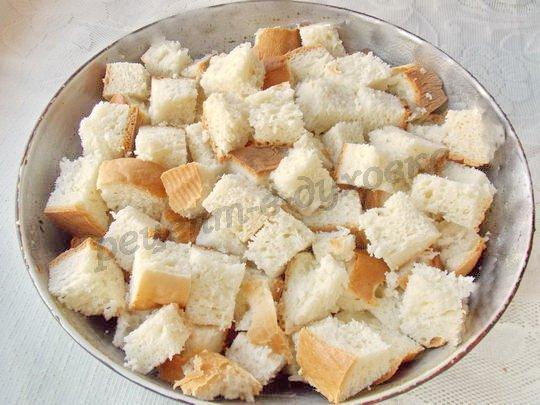 режем хлеб кубиками и выкладываем в форму