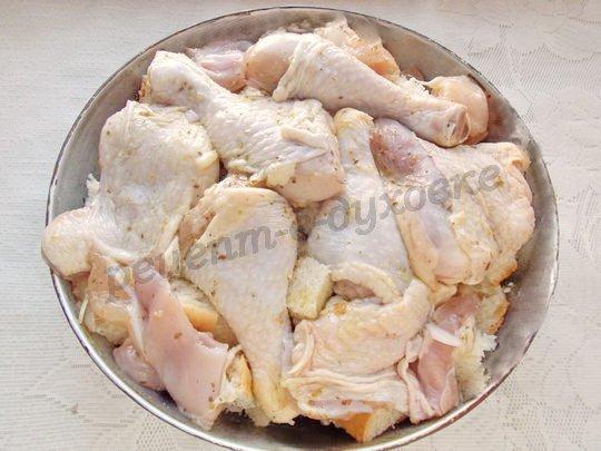 на хлеб выкладываем курицу