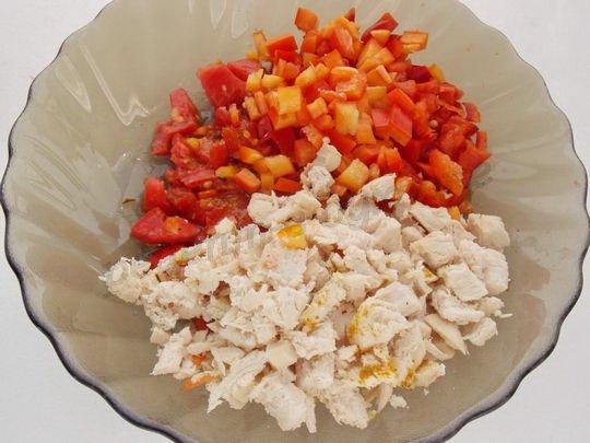 соединяем отварное куриное филе, помидоры и перец